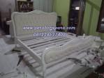 Tempat Tidur Putih Klasik